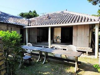 鳩間島の宿泊業者から、竹富町へ飲食産業以外の経済的支援を求める声が出ている=6日午後、鳩間島