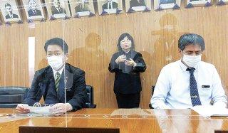 4日以上の火葬待機について助成を行うと発表する中山義隆市長(左)=10日夕、庁議室