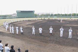 マウンドを囲み石垣島での1軍キャンプを打ち上げた千葉ロッテマリーンズの選手ら=12日午前、石垣市中央運動公園野球場