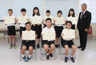 算数・数学フェスティバル小学校の部で入賞した児童ら。前列は1位の「1+1=3…」=15日午後、石垣市教育委員会