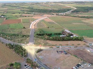 整備が進む一般県道石垣空港線。写真奥の橋は下田原大橋=2月2日撮影(八重山土木事務所提供)