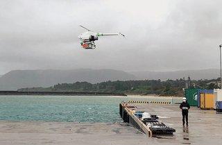 ドローンで物資を空輸する西表島上原―鳩間島間の実証実験(竹富町提供)