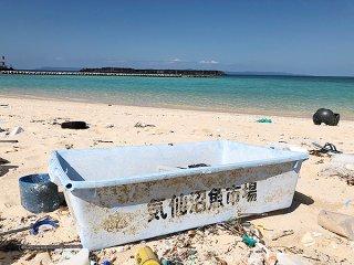 漂着していた、「気仙沼魚市場」と書かれたコンテナボックス=22日、サコダ浜(提供)