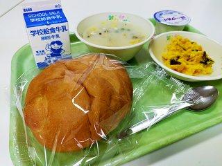 週に1回程度、学校給食の主食となるパン。ことし4月のメニューから消える可能性が出ている=25日、石垣市内