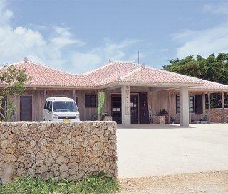 竹富町は、ことし4月から竹富診療所の運営を地域医療支援センターに委任する計画(資料写真)