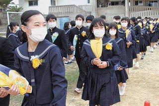 卒業式を負え、笑顔で母校を巣立つ石垣中学校3年生ら=6日午後、同校運動場