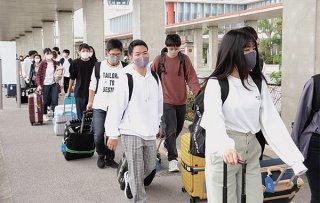 修学旅行で大阪から来島した常翔学園高校の生徒ら=10日午前、南ぬ島石垣空港