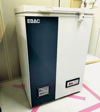 今月12日に搬入された超低温冷凍庫。関係者はワクチンが届くのを待っている=15日午後、町役場仮庁舎