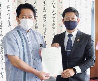 答申する新里会長(右)と受ける中山市長=18日、市長室