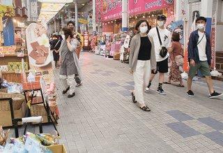 全国で緊急事態宣言が解除され、多くの観光客が石垣島を訪れている=27日午後、ユーグレナモール