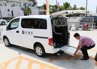新型コロナウイルス感染対策が施された福祉車両が全診療所に配車された=29日午前、竹富町役場仮庁舎駐車場