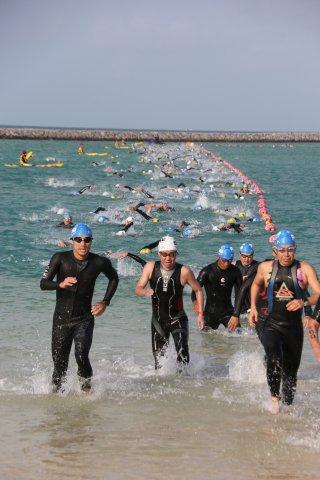 2年ぶりに開催された石垣島トライアスロン大会でスイムに挑む出場者たち=11日午前、南ぬ浜町人工ビーチ