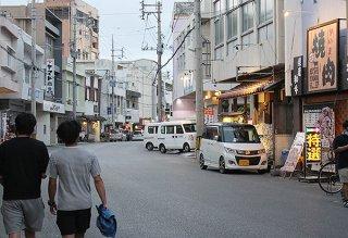 午後8時までの時短営業が県全域で始まった。各店舗では時短、臨時休業、通常営業に大きく分かれている=12日夕、美崎町