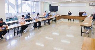 第78回八重山地域新型コロナウイルス対策本部会議に参加する関係機関の担当者ら=16日午後、八重山合同庁舎