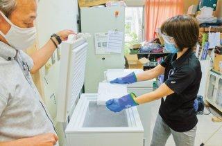 ワクチンの入った箱は超低温冷凍庫「ディープフリーザー」で厳重に保管されている=19日午後、石垣市健康福祉センター内