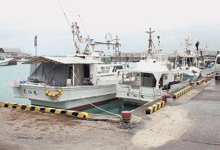 台風2号の影響で本マグロ漁と離島航路などに影響が出ている=21日午前、石垣漁港