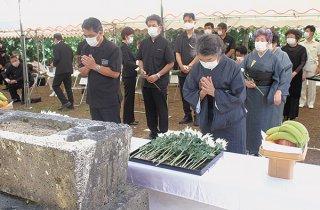 明和大津波遭難者慰霊祭が開かれ、参列者が犠牲者の冥福を祈った=24日午後、宮良の同慰霊之塔前