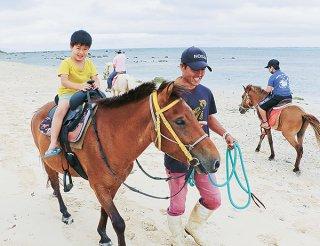 大型連休初日、乗馬を通して伝統に親しむ子どもたち=29日午後、石垣市白保