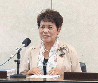 任期満了に伴う次期市長選の日程を公表する辻野ヒロ子選管委員長=7日午前、市役所会議室