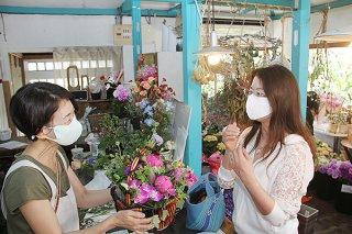 「母の日」を前日に控え、花屋で花束を購入する市民らが相次いだ=8日午前、大川