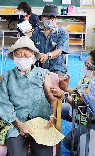 竹富町民向けの一斉接種が竹富島を皮切りに始まった=8日午前、竹富小中学校教室