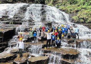 海洋教育でマヤグスクの滝にトレッキングした西表中の生徒ら=4月29日