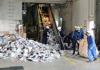 搬入された廃プラスチック類。破砕機に送られる=13日午前、石垣市クリーンセンター