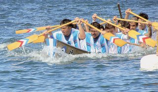2年ぶりに行われる見通しとなった久部良の爬龍船競漕(写真は2019年6月6日の爬龍船競漕で転覆ハーリーを制する北組)