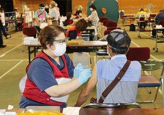 新型コロナウイルスワクチンの接種を受ける高齢者ら=6日午後、石垣市総合体育館メインアリーナ