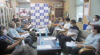 第32回日本最西端与那国島国際カジキ釣り大会の開催の可否について意見を交わす委員ら=9日夕、町長応接室