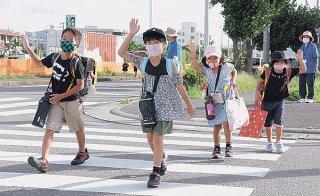 ランドセルを背負い13日ぶりに登校する八島小学校の児童ら=14日午前、同校
