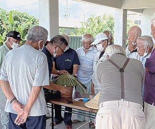 クバがさ作りに取り組む小浜老人会の会員ら