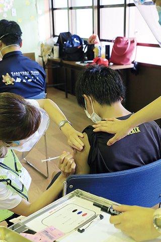 竹富町で12歳以上への新型コロナワクチンの接種が始まった=16日午後、黒島伝統芸能館