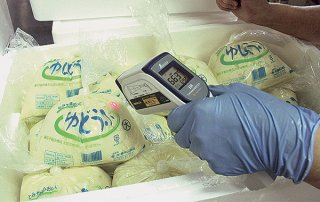 保温のため発泡スチロールに入れた出荷前のゆし豆腐=11日午後、㈲豊見山食品工場