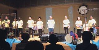 「ハテルマシキナ」の終盤を朗読する高橋喜和さん家族ら(写真はいずれも島村さん提供)