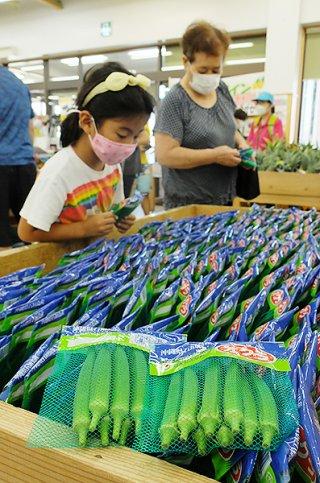 出荷のピークを迎えている石垣島産オクラ。「オクラの日」の4日は、大田市場出荷用が特価で販売された=4日午前、JAファーマーズマーケットやえやまゆらてぃく市場