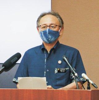 緊急事態宣言延長を受けて県の対処方針を発表する玉城デニー知事=8日、県庁