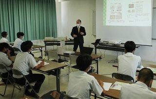 八重山農林高校グリーンライフ科の生徒に出前授業を行う東京農業大学の江口文陽学長=9日午後、八重山農林高校