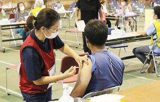 35~64歳を対象とした新型コロナウイルスワクチン接種を受ける人=17日午後、市総合体育館メインアリーナ