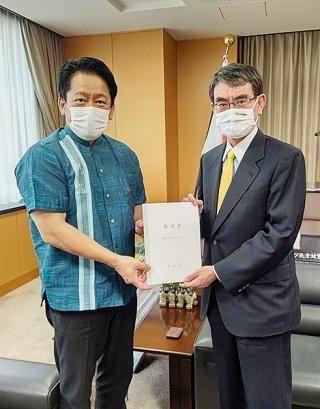 河野太郎内閣府特命担当大臣へ要請書を手渡す中山義隆市長(左)=14日、東京都内(市提供)