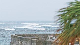 台風6号の接近で大しけとなる海上=22日午前、八島町から撮影