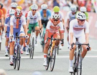 自転車男子個人ロードレース、35位でゴールした新城幸也(中央)=24日、静岡・富士スピードウェイ(時事)