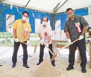 起工式でくわ入れを行う関係者ら=7月29日、小浜島(町産業振興課提供)