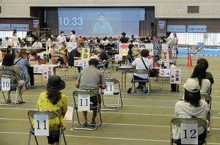 集団会場でワクチン接種を待つ市民ら=5月29日、石垣市総合体育館メインアリーナ