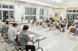 クリーンセンター焼却炉改修工事に関して説明を受ける3地区住民ら=25日夜、名蔵公民館