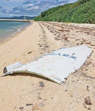 ロケットの破片らしき漂着物=30日、小浜島海岸(竹富町提供)