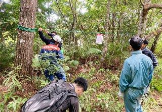 相次ぐ登山者の遭難に注意喚起の看板設置などを行った関係者ら=1日午後、ぶざま岳(市農政経済課提供)