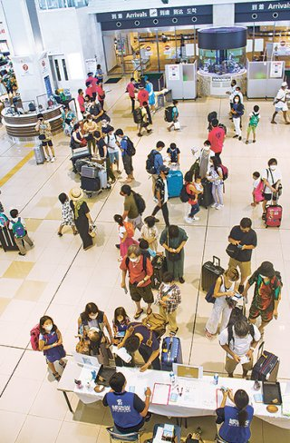 緊急事態宣言中にも関わらず8月は多くの観光客が来島した=8月1日撮影、南ぬ島石垣空港ロビー(資料写真)
