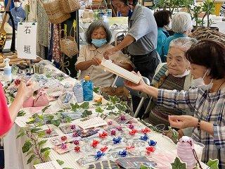 多くの人が詰めかけた八重山地区老人クラブ連合会の文化作品展示会=10日午後、市老人福祉センター
