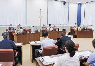 竹富町議会議員3氏に対する議員辞職勧告決議が可決された=17日午後、竹富町議会議場
